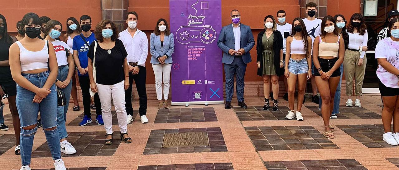Presentación de la campaña, ayer, con la alcaldesa y el concejal de Igualdad, rodeados de estudiantes del Instituto El Calero. | | A.T.