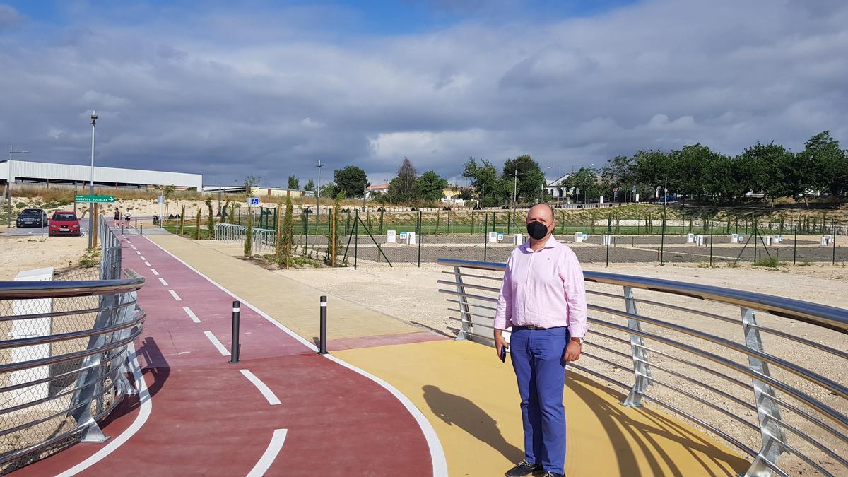 César del Espino, en la nueva pasarela del Parque Europa de Lucena.