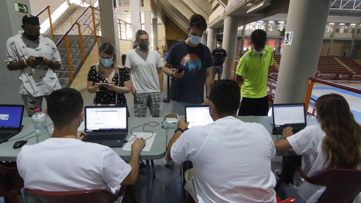 Un grupo de jóvenes esperando para vacunarse en Vista Alegre.