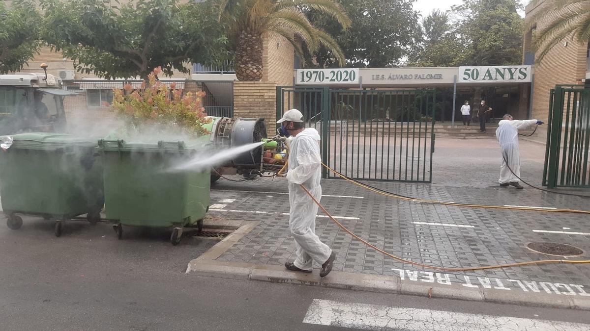 Operarios municipales desinfectan los exteriores del IES Álvaro Falomir.
