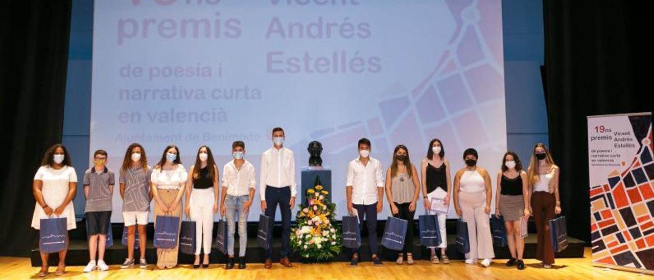 Los alumnos premiados en el certamen literario.   LEVANTE-EMV