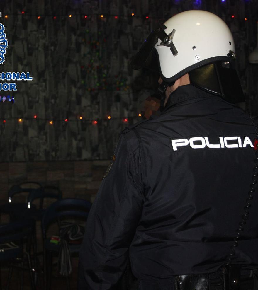 Detenido en Sevilla tras esconderse en el interior de la vivienda de su expareja y atacarla con un cúter