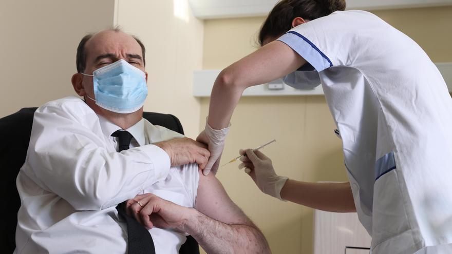 El primer ministro francés se vacuna con AstraZeneca.