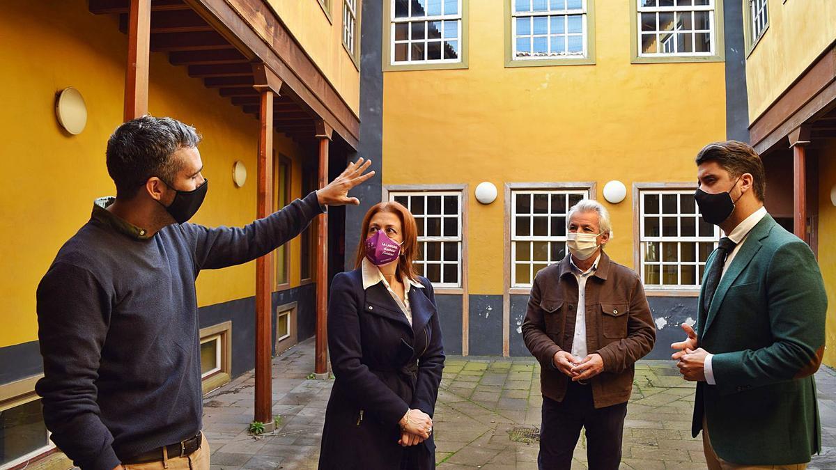 Un momento de la visita a la Casa Anchieta del alcalde de La Laguna, Luis Yeray Gutiérrez (derecha).