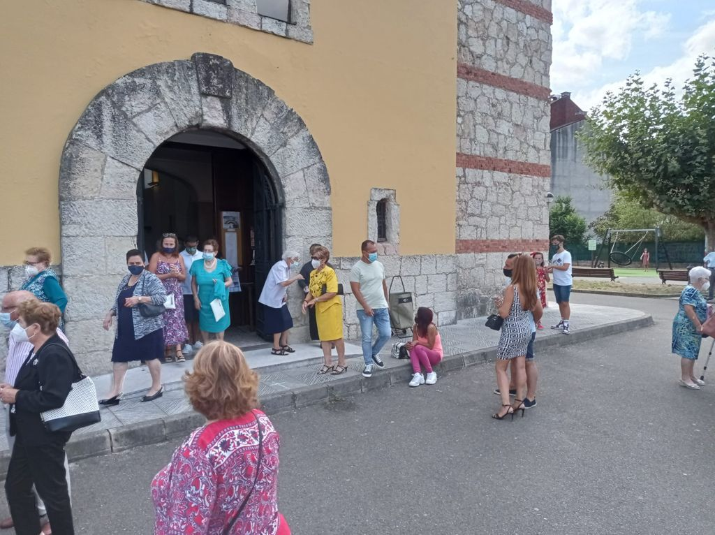 Fieles, a la salida del templo