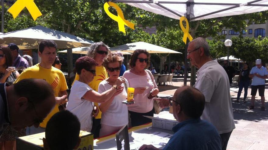 El Vermut Groc omple la plaça Catalunya de Roses per recordar els presos polítics