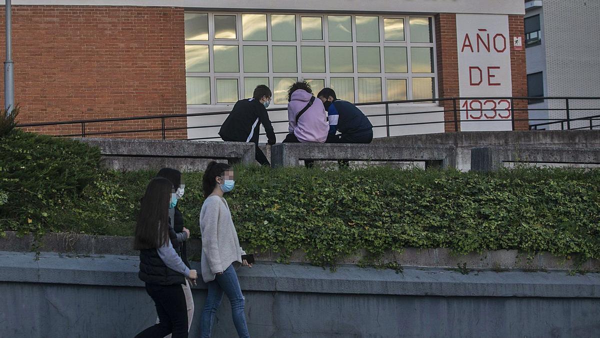 Jóvenes en la zona de la Casa de Cultura de Noreña, el pasado sábado por la tarde.   Miki López