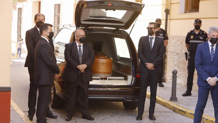Oliva abre la capilla ardiente de Brines y homenajea a su hijo predilecto