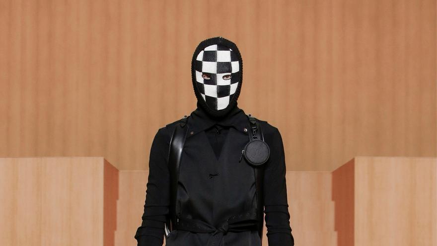 Blanco y negro, el binomio de moda hombre de la pasarela parisina