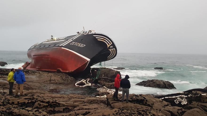 Muere un marinero tras embarrancar un barco en Castro Baroña