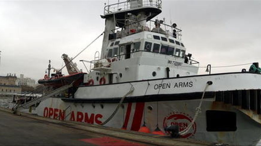 L'Open Arms troba 85 persones en un bot de goma al mig del Mediterrani