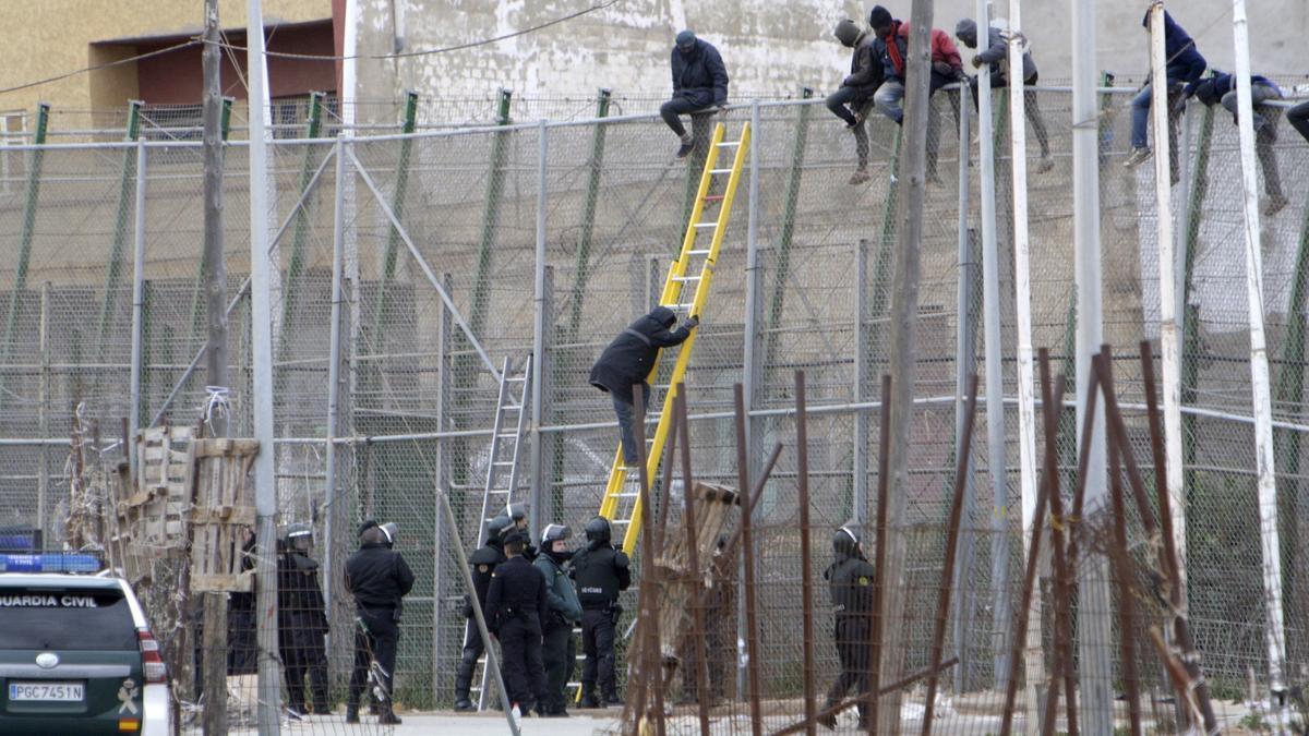 Foto de archivo de un salto a la valla.