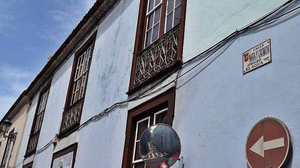 Cableado en una fachada de la calle Nava y Grimón.     E.D.