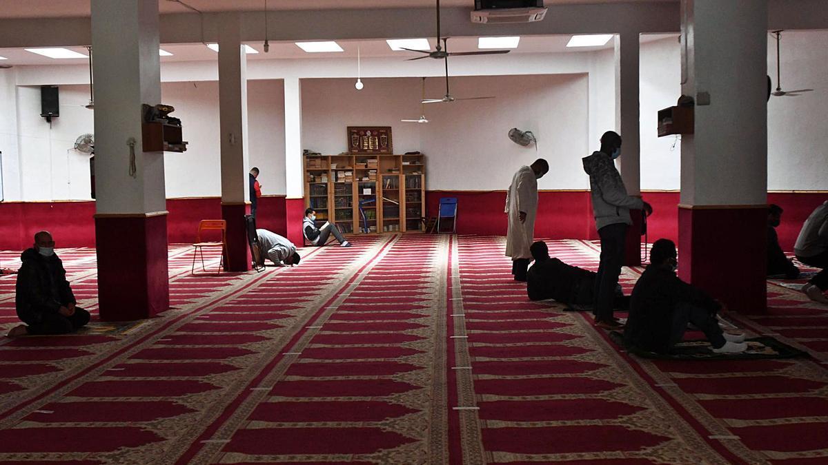 Musulmanes, ayer orando en la mezquita de la barriada del Carmen, en Murcia.