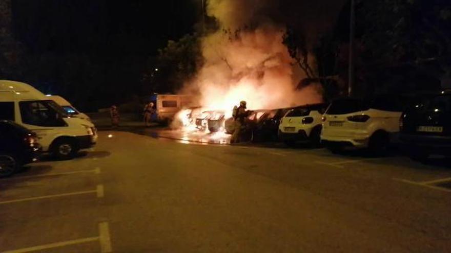 Un incendio calcina seis vehículos y afecta a otros tres en Xixona