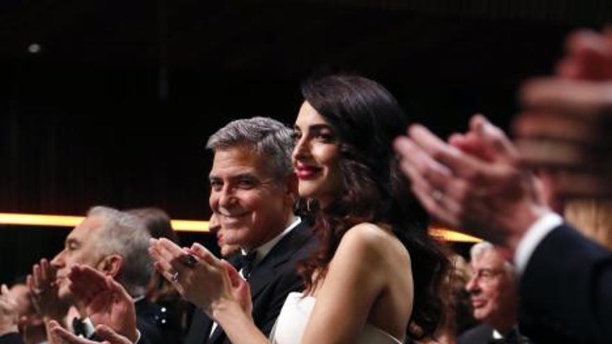 Amal Clooney luce embarazo en los premios César