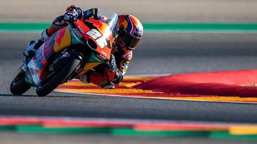 Raúl Fernández regna en el caos de la cursa de Moto3 mentre que Arenas ha d'abandonar