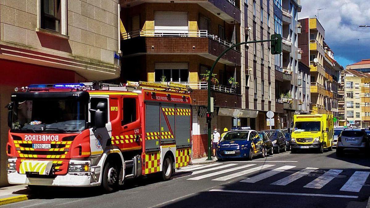 Operativo de emergencias que acudió al domicilio de la víctima en el centro de Vilagarcía.