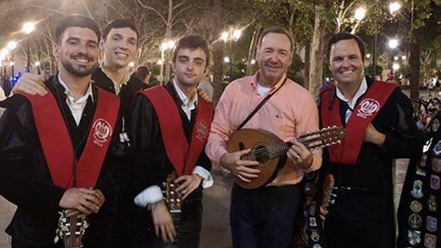 Kevin Spacey sorprende en Sevilla cantando con la tuna
