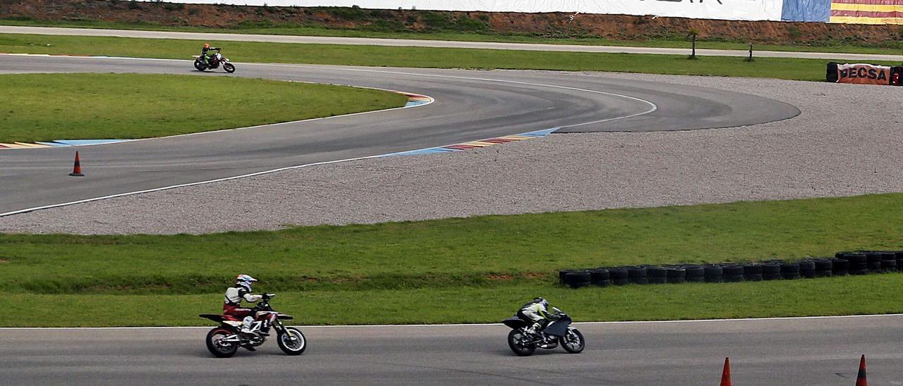 Un grupo de motos circula sobre la pista de Guadassuar, en una imagen de archivo. | VICENT M. PASTOR