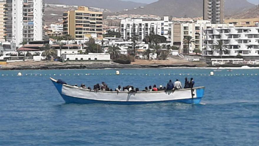 Interceptan una patera con 61 personas a bordo en aguas cercanas a Tenerife