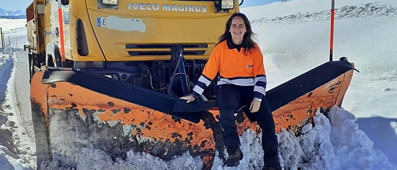 Laura Martín, en la quitanieves que condujo este último invierno | D. Álvarez