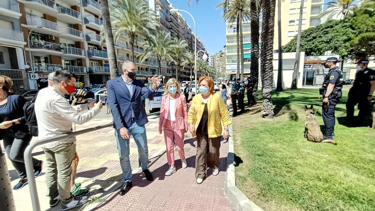 El alcalde de Cullera, Jordi Mayor, Gabriela Bravo y Gloria Calero