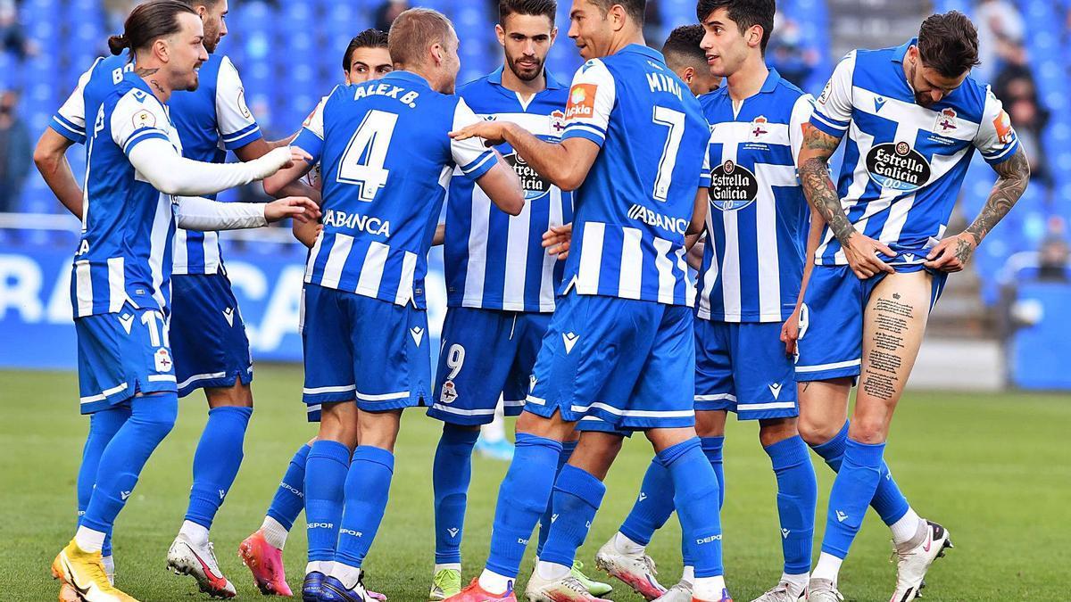 Los jugadores deportivistas celebran uno de los goles anotados en Riazor contra el Langreo. |  // VÍCTOR ECHAVE