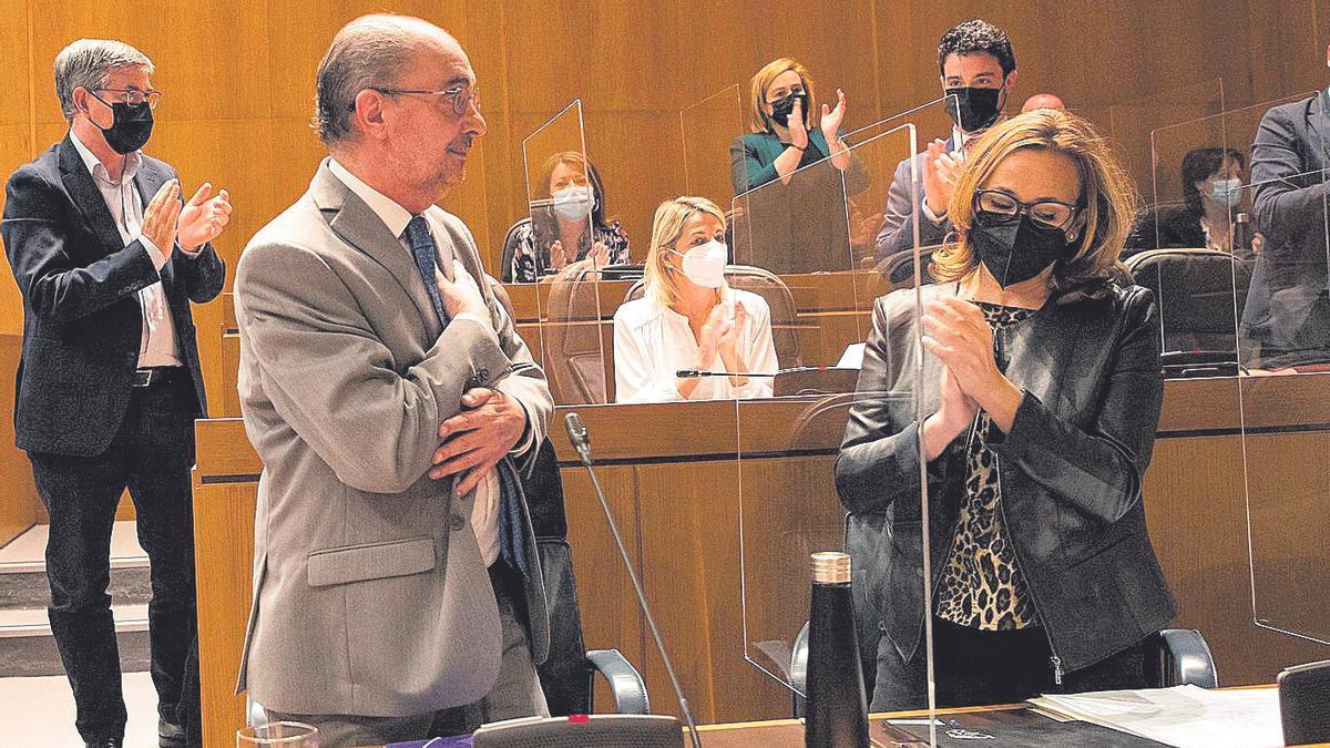 imagen de archivo de la última comparecencia pública de Javier Lambán, agradeciendo el apoyo recibido por todo el Parlamento aragonés para desearle una pronta recuperación.