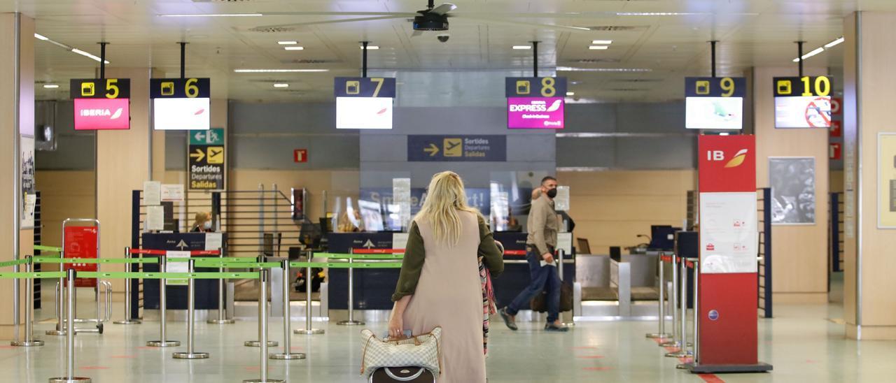 Interior del aeropuerto de Ibiza, este año.