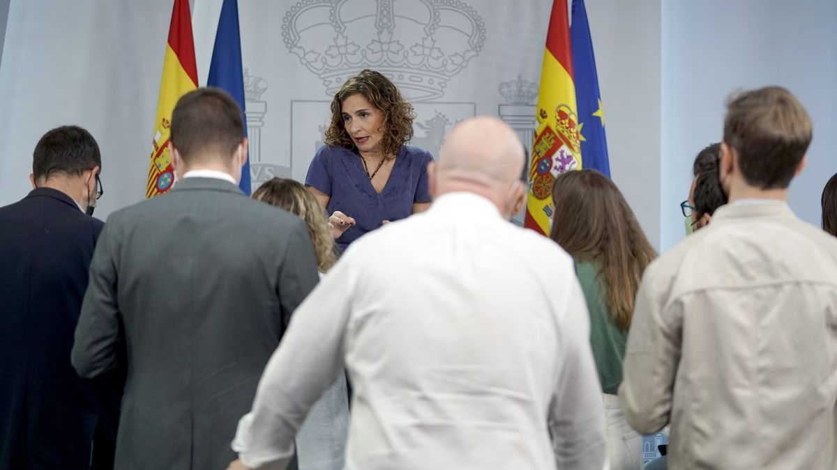 La portavoz del Gobierno, María Jesús Montero, charla con los periodistas.