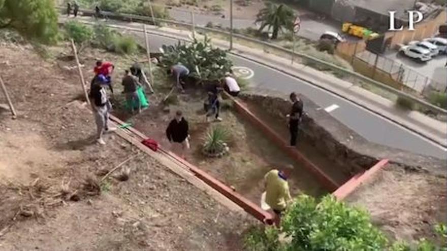 Los migrantes del Colegio León limpian 'motu proprio' las laderas de El Lasso