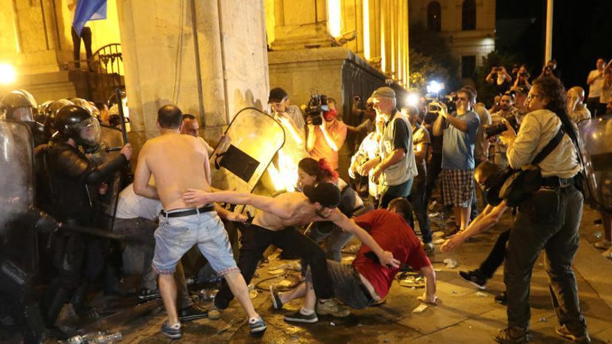 Decenas de heridos en Georgia en enfrentamientos entre la policía y opositores