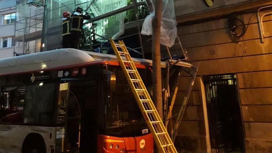 Una col·lisió entre dos autobusos de la línia 55 de Barcelona deixa sis persones ferides de poca gravetat