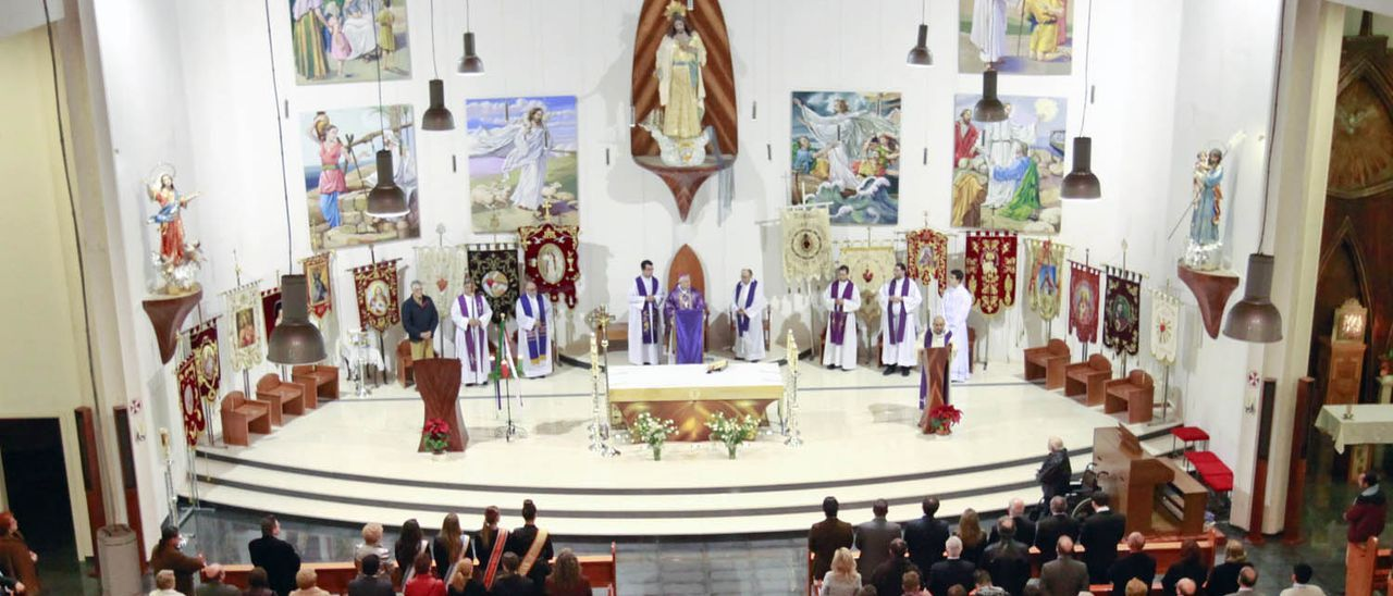 Imagen de una celebración religiosa en la iglesia del Sagrado Corazón del barrio de la Punta en Torrevieja