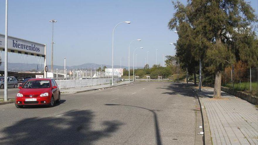Desalojan a más de 200 vehículos del párking del Carrefour Zahira durante la madrugada