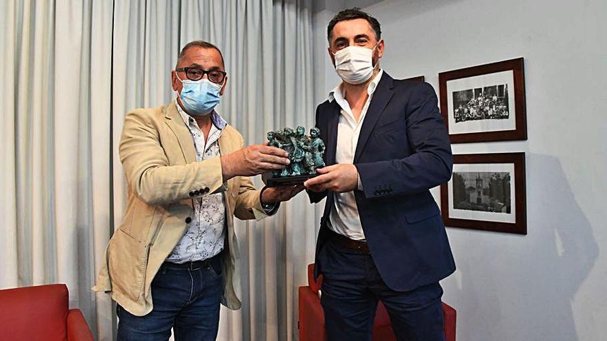 El periodista y escritor vigués Álex Mene gana el XXIV Premio de Poesía de Carral