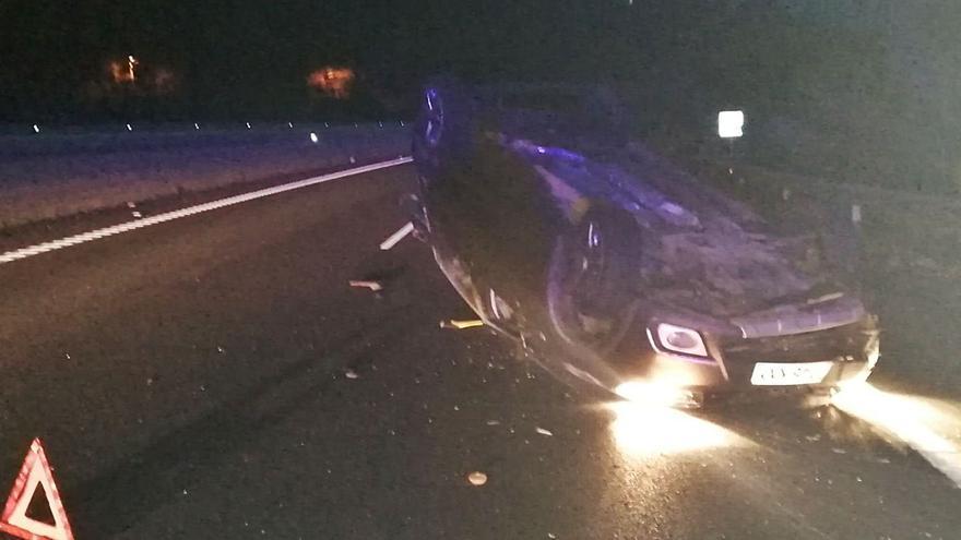 Una colisión en la Autovía do Morrazo acaba con uno de los coches volcados