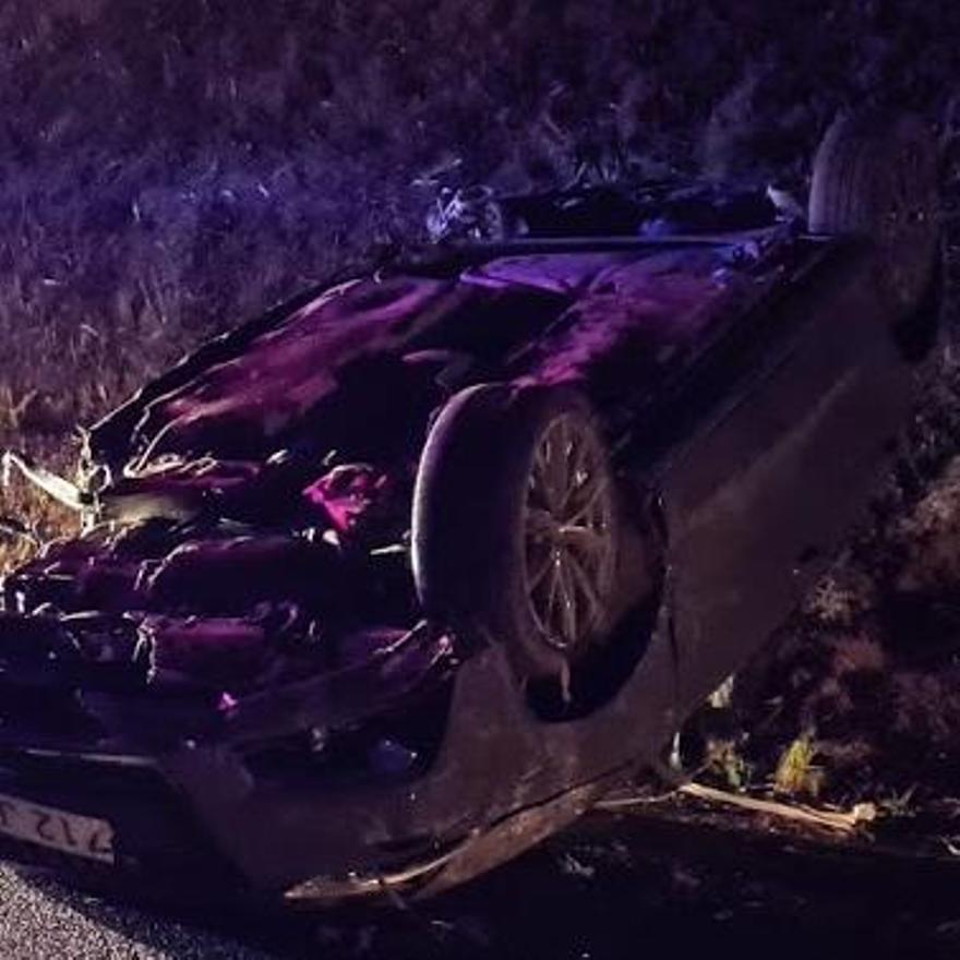 El coche perdió dos de las ruedas tras los impactos con los laterales de la calzada.