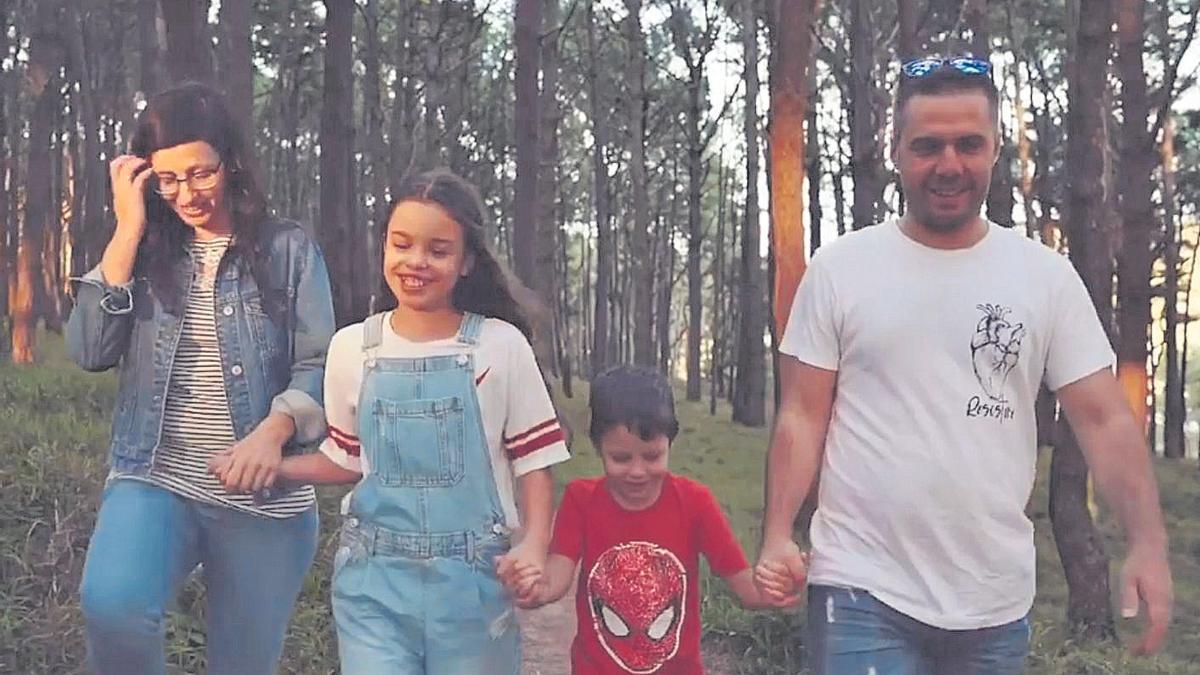 Eloi, con sus padres y su hermana mayor, en el vídeo de Asotrame. //