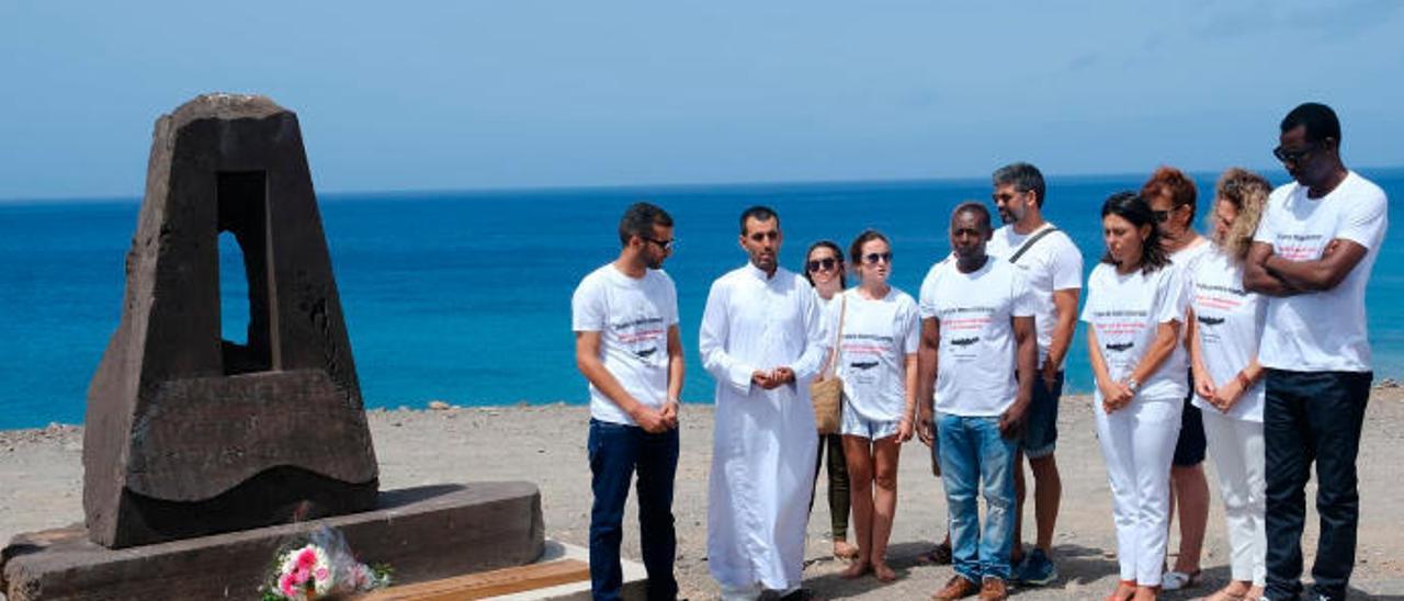 Imagen del homenaje de la Asociación Entremares a los inmigrantes ahogados en julio de 1999 en Morro Jable