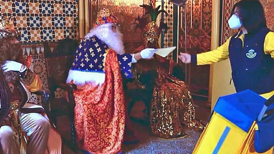 Sus Majestades se dirigen a los niños de Lorca por la tele