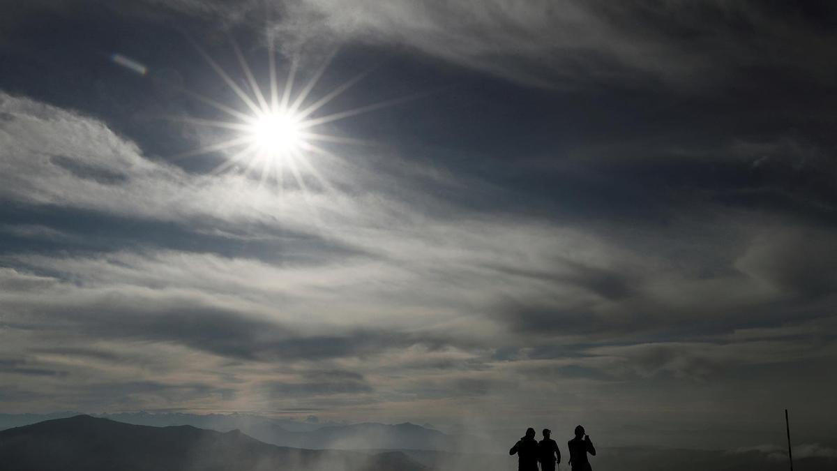 Un grupo de personas pasea por la montaña