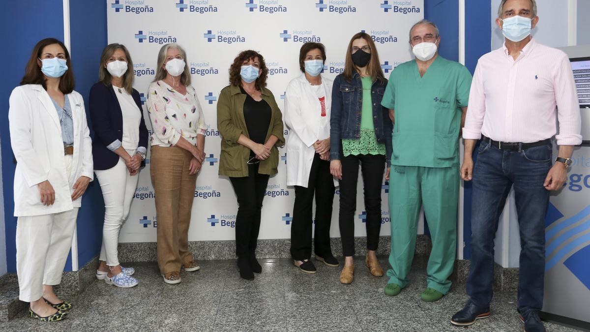 Foto de familia de los especialistas de la Unidad de Atención Integral a la Mujer del Hospital Begoña, de Gijón.