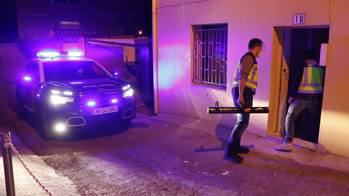 Los agentes, esta noche, entrando en una vivienda de Vigo.
