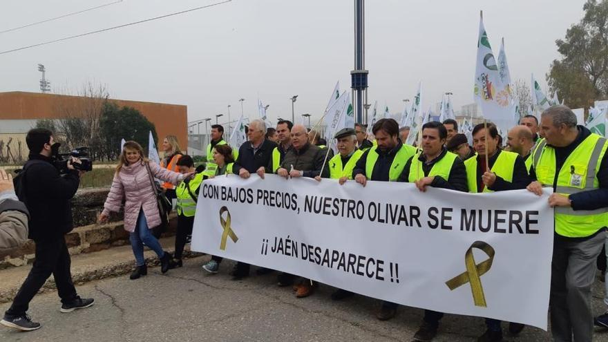 Los olivareros cortan las principales carreteras de la provincia de Jaén