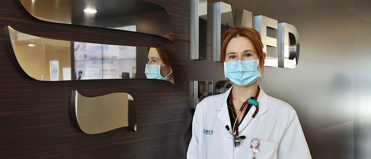 La doctora Nora Galipienso Goñi, en una imagen reciente tomada en el Hospital IMED de Elche.