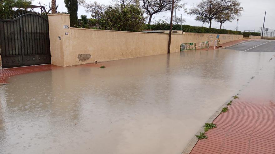 Los vecinos de Villamontes reclaman al Ayuntamiento de San Vicente el arreglo de una calle  que se anega cuando llueve