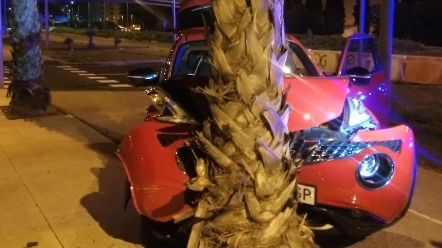 Detenido tras sustraer el coche a un amigo y estrellarlo contra una palmera en Palma