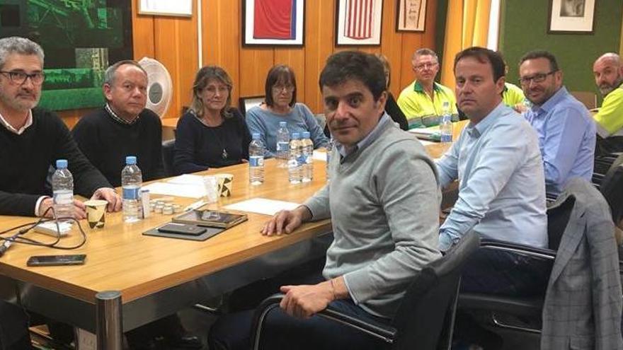 Sindicatos, trabajadores y directivos de Lafarge piden soluciones para garantizar la continuidad de la fábrica